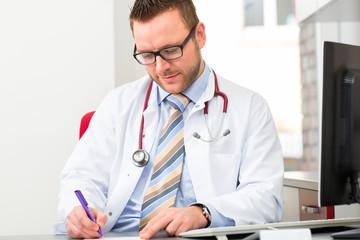 Doktor schreibt in Praxis Rezept