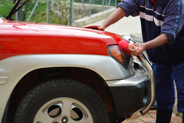lavando coche rojo con un cepillo