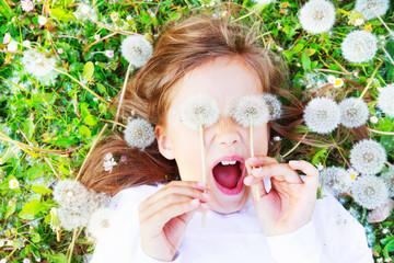 Kind mit Pusteblumen