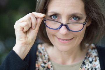 femme élégante avec ses lunettes de vue