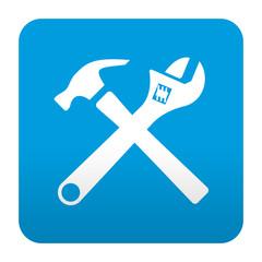 Etiqueta tipo app azul simbolo martillo y llave inglesa