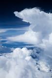 Piękne białe chmury z iluminatora