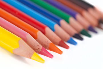 VIele Buntstifte in farben sortiert