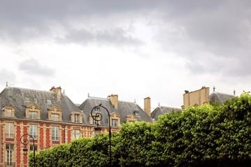 Place des Vosges et végétation, ciel d'orage (Paris)