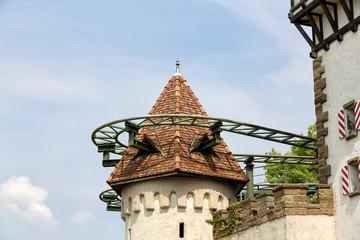 Achterbahnschienen in einem Burgturm