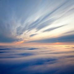 fototapeta widok między chmurami podczas wschodu słońca