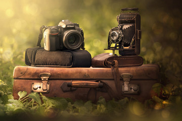 fotocamera e valigia vintage e reflex