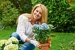 Hübsche junge Frau im Garten