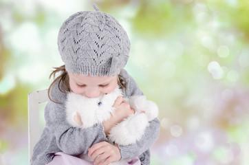 Trauriges Mädchen mit kuscheltier