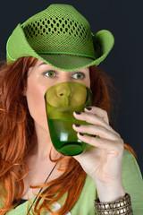 donna che beve in verde acqua