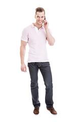 Junger Mann bein Telefonieren mit dem Handy