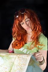 turista cerca sulla mappa la strada