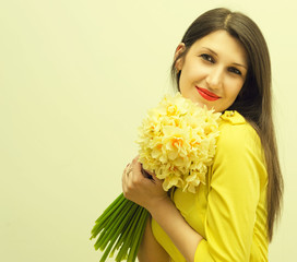 Молодая счастливая женщина с большим букетом цветов в руках