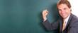 Erfolgreicher Geschäftsmann ballt Faust vor Blankotafel