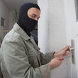 Wohnungseibrecher öffnet Haustür