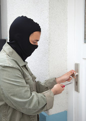 Wohnungseinbrecher bei der Arbeit