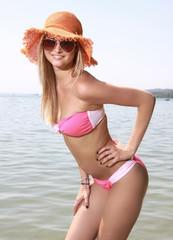 Hübsche Blondine am Strand