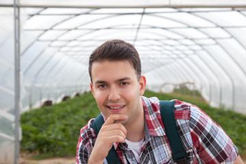 Sympathischer Landwirt vor seinem Gewächshaus