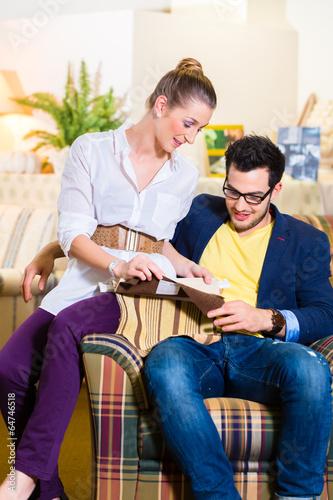 Paar sucht Sessel Bezug in Möbel Geschäft aus