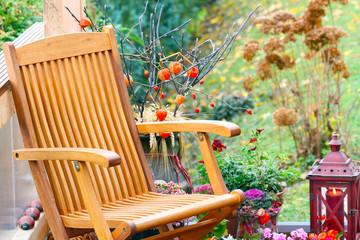 Gemütlicher Sitzplatz auf Terrasse im Herbst