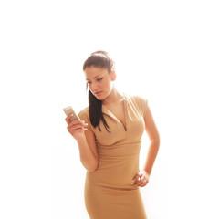 junge Frau im beigen Etui Kleid
