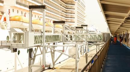 Pasarela de embarque y trasatlántico en el puerto de Barcelona