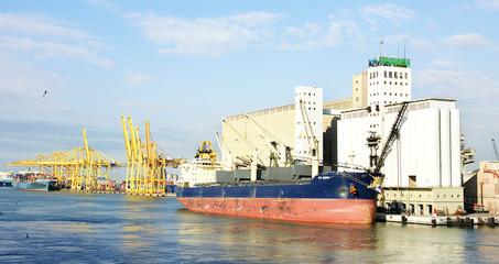 Carguero y silos en el puerto de Barcelona