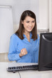 Erfolgreiche junge Geschäftsfrau begeistert im Büro
