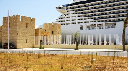 Trasatlántico fondeado en el puerto de La Goulette, Túnez