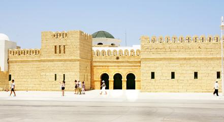Fachada de la estación marítima de La Goulette, Túnez