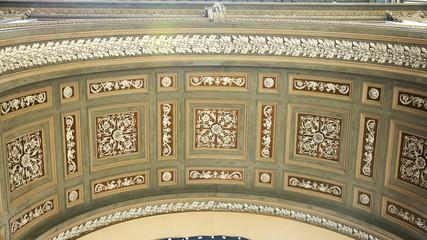 Techo con relieve de las Galerías de Umberto I, Nápoles, Italia