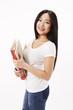 Studentin in weißen Shirt mit Schulsachen