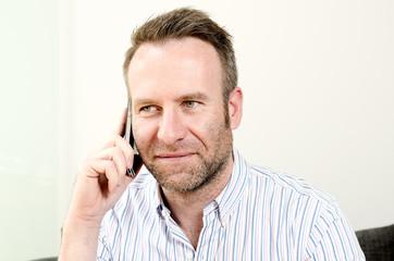 Ein Mann führt ein Gespräch am Telefon