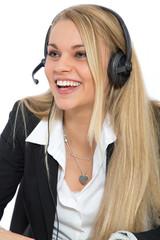 Lachende Frau mit Headset auf dem Kopf