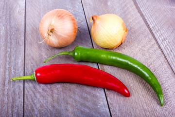 rote und grüne Chilischote mit Zwiebeln
