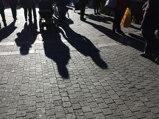 Lange Schatten von Menschen auf der Strasse