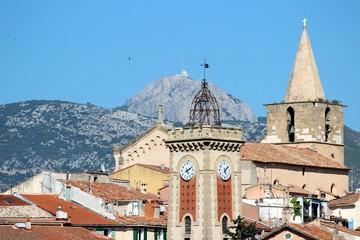 Tour de l'horloge et église à Aubagne en Provence
