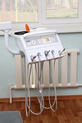Стоматологические инструменты на зубоврачебном кресле