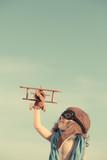 Dziecko z drewnianym samolotem - 64779737
