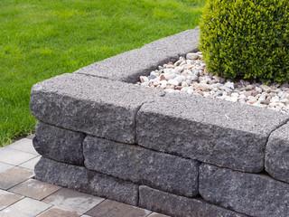 Moderner Garten - Naturstein - Betonstein Beeteinfassung