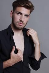 Hombre joven posando sereno