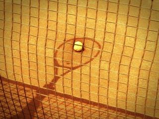 Tennisschläger und Netz Schatten mit Ball im Tenniscourt 149 old