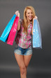 Glückliche junge Frau auf Shoppingtour.