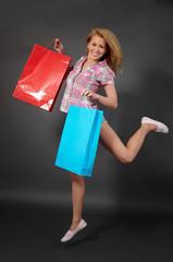 Glückliche junge Frau beim Shoppen