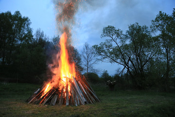 brennendes Osterfeuer