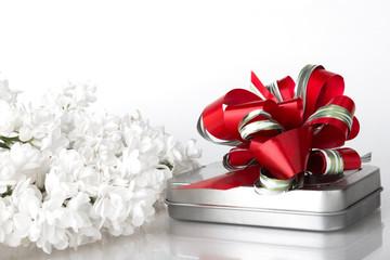 Geschenkbox mit Schleife und Blüten