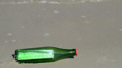 Flaschenpost am Ostseestrand