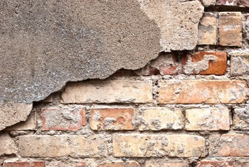 Alte Backsteinmauer mit Putzresten