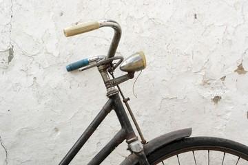 Altes Fahrrad an Wand angelehnt