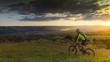 ciclista in bicicletta al tramonto
